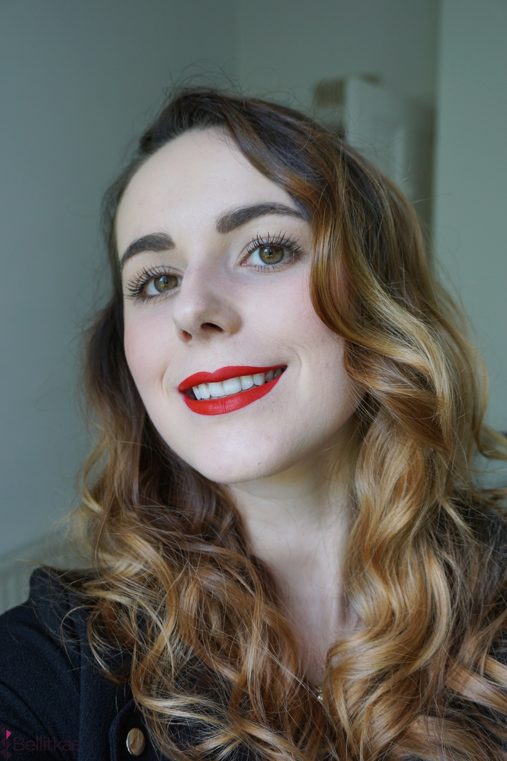 dziewczyna w klasycznym makijazu z czerwona szminka